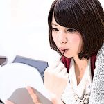 少女漫画を読む女性